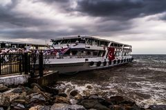 Skeppsdocka för Cinarcik stadfärja i en stormig dag - Turkiet Arkivfoto