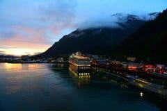Skeppsdocka för Juneau Alaska kryssningskepp på solnedgången royaltyfri fotografi