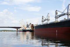 Skeppsdocka för lastfartyg och bro Royaltyfria Bilder