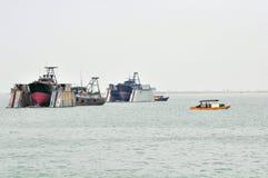 Skeppsdocka och fiskebåt arkivfoton