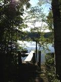 Skeppsdocka på den lugna sjön Arkivfoto