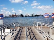 Skeppsdocka-/portfartyg in i floden med stadssikt och landskap för blå himmel Arkivfoton