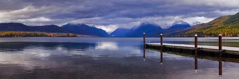 Skeppsdockan på sjön MacDonald i glaciärnationalpark royaltyfri fotografi