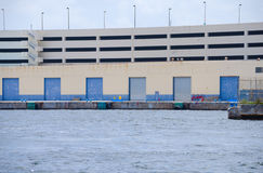 Skeppsdockor för strandkantpäfyllningsskeppsdocka med breakwall Arkivfoton