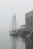 Skeppsdockor på en dimmig morgon Royaltyfri Fotografi