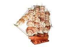Skeppsegelbåtträmodell på en vit bakgrund Arkivbild