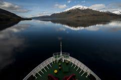 Skeppsegling i de chilenska fiordsna arkivfoto