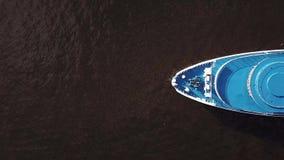 Skeppsegling på floden Flyg- bästa sikt stock video