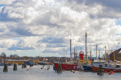 Skeppsholmen med fartyg gick ombord med Grona Lund i bakgrund Arkivbilder