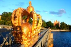 Skeppsholmsbron (ponte de Skeppsholm) com sua coroa dourada famosa Imagens de Stock Royalty Free