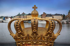 Skeppsholmsbron Skeppsholm bro med den guld- kronan på en bridg Arkivbilder