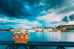 Skeppsholmsbron, Skeppsholm most Z Swój Sławną Złotą koroną W Sztokholm -, Szwecja obraz royalty free