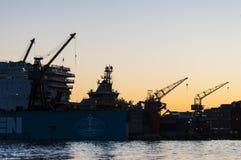 Skeppsvarven sträcker på halsen skymning Götaverken Göteborg Arkivbilder