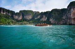 Skeppturister som reser mellan öar i Thailand Krabi Royaltyfri Bild