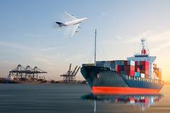 Skeppuppsamlingsbehållaren går ut från skeppsdocka Arkivfoto