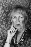 Skeptische ältere Frau Stockfotografie