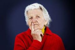 Skeptische alte ältere Frau lizenzfreies stockfoto