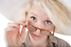 Skeptische blonde Frau Lizenzfreies Stockfoto