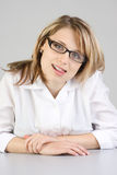 Skeptische blonde Frau Stockfoto