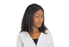 Skeptische junge Dame des Nahaufnahmeporträts, Frau, die misstrauisch schaut Stockfotografie