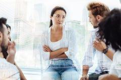 Skeptische junge Frau, die an Psychologen teilnimmt Lizenzfreies Stockbild
