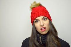 Skeptische verblüffte junge Frau Zweifelhaft ungläubiges Mädchen auf grauem Hintergrund stockfotografie