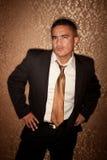 Skeptischer hispanischer Mann Stockfoto