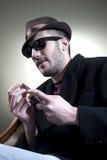 Skeptischer Kerl mit Messer lizenzfreies stockfoto