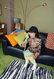 Skeptisk kvinnlig på telefonen Royaltyfri Fotografi