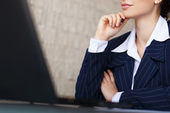 Säker affärskvinna med bärbar datorcloseupen Arkivfoto