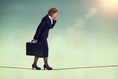 Säker affärskvinna som går en spänd lina Arkivbilder