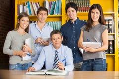 Säker bibliotekarieWith Students In högskola Arkivfoto