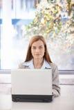 säker bärbar datorstående för affärskvinna Arkivbilder