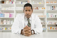 Säker manlig apotekare Arkivfoton