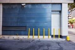 Säkerhetskamera på väggen i stads- stad Arkivfoton