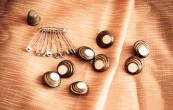 Säkerhetsnålar och knappar tappning för stil för illustrationlilja röd Royaltyfri Fotografi