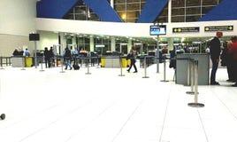 Säkerhetsportar i Henri Coanda Airport Arkivbilder