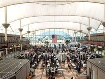 Säkerhetsrastrering på flygplatsen Arkivbilder