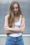 Säkert posera för kvinnamodell som är utomhus- Arkivfoto