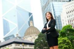 Säkert utomhus- för affärskvinna i Hong Kong Royaltyfri Foto