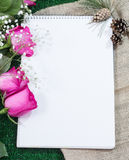 Sketchbook για το στρέθιμο της προσοχής σε ένα πράσινο υπόβαθρο με τα τριαντάφυλλα και το εκλεκτής ποιότητας ύφασμα Στοκ Φωτογραφίες