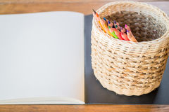 Sketchbook художника и покрашенные карандаши Стоковая Фотография