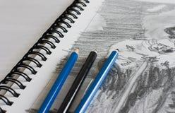 Sketchbook avec le croquis et le crayon lecteur Photographie stock libre de droits