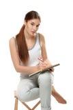 Sketchbook e pensil della tenuta della giovane donna Immagini Stock