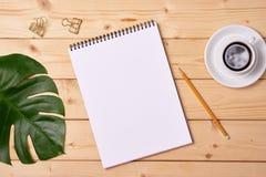 Sketchbook en blanco en el fondo de madera, espacio libre Visión superior foto de archivo