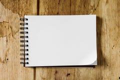 Sketchbook gegen hölzernen Hintergrund stockbild
