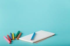 Sketchbook med färgpennan Arkivfoton