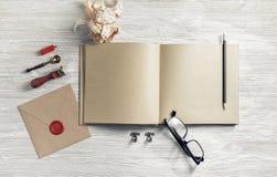 Sketchbook und Briefpapier lizenzfreie stockbilder