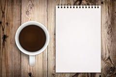 Sketchbook und Kaffee stockbilder