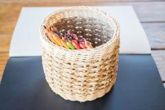 Sketchbook y muchos diversos lápices coloreados Imágenes de archivo libres de regalías
